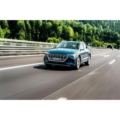 Объявлена стоимость электромобиля Audi e-tron в России